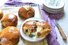 Learn how to make chocolate chip brioche, adorable and delicious little buns just like they sell at Parisian bakeries! Perfect for breakfast, brunch, and tea. Dessert Simple, Cookie Recipes, Dessert Recipes, Brioche Recipe, Zucchini, How To Make Chocolate, How To Make Bread, Bread Baking, Almond Butter