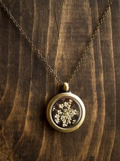 Pressed flower locket Queen Annes lace by RubyRobinBoutique I Love Jewelry, Jewelry Box, Jewelry Accessories, Jewelry Stores, Jewlery, Jewelry Necklaces, Grunge Style, Soft Grunge, Locket Necklace