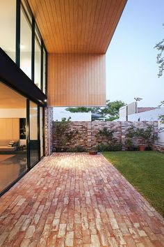The backyard area of Price Street House, by architects Yun Nie Chong and Patrick Kosky in Fremantle, WA features recycled bricks and timber. Red Brick Paving, Brick Courtyard, Brick Path, Brick Garden, Brick Fence, Brick Driveway, Deco Restaurant, Recycled Brick, Brick Flooring