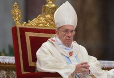 バチカン(Vatican)のサンピエトロ大聖堂(St Peter's Basilica)で、新年のミサを催すローマ・カトリック教会のフランシスコ(Francis)法王(2014年1月1日撮影)。(c)AFP/FILIPPO MONTEFORTE ▼2Jan2014AFP|ローマ法王、新年の祈りで世界の連帯を訴える http://www.afpbb.com/articles/-/3005898 #St_Peters_Basilica #Vatican #Pope_Francis #Papa_Francisco #Papa_Francesco