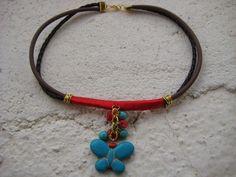 Colgante de cuero y caucho con detalles en coral y turquesa