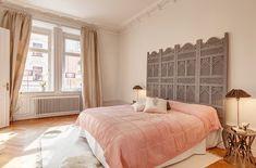 Una forma de imprimir una impronta personal a un dormitorio consiste en destacar la zona de descanso, especialmente la cama, y como nos muestra esta idea con un cabecero especial, con un diseño único para ambientar una habitación. Con un biombo de delicado diseño podemos componer una atmósfera creativa y con un guiño femenino en …