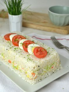 Pastel frío de arroz con atún y surimi - Tapas, Good Food, Yummy Food, Sandwich Cake, Rice Cakes, Savoury Cake, Clean Eating Snacks, Appetizer Recipes, Appetizers