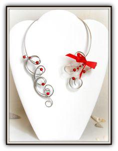 """Collier """"Rouge Passion"""" en fil d'alu argent et perles magiques rouge Le collier """"Rouge Passion"""" est totalement modelé avec du fil d'aluminium rond de 2 mm d'épaisseur. Ce qui vous permettra de l'adapter parfaitement à votre morphologie. Le tout est sublimé par des perles magiques de couleur rouge de 4 et 6 mm ainsi que du fil d'alu argent de 1,5 mm, et un nœud en satin. MODELE UNIQUE"""