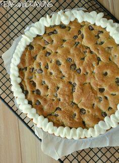 Délicieux cookie cake, préparé avec 2 oeufs plutôt qu'un. Servir avec une boule de glace vanille.