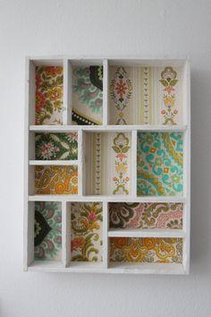 Witte letterbak met diverse soorten vintage behang door KijkMaris