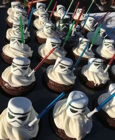 Star Wars Food This idea for matching food for the Star Wars party looks . - Star Wars Food This idea for matching food for the Star Wars Party looks …, - Star Wars Cupcakes, Star Wars Cake, Star Wars Pinata, Star Wars Cookies, Star Wars Food, Star Wars Kids, Star Wars Party Food, Star Wars Party Decorations, Fondant Cupcakes