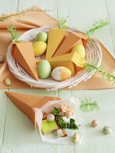 Eine witzige Alternative zum Osternest sind die süßen Papierkarotten. In den kleinen Tütchen können kleine Leckereien für Ostern versteckt werden.