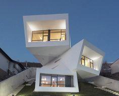 Para aproveitar a vista, casa tem três volumes rotacionados em balanço