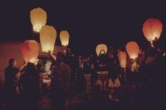Lâcher de lanternes volantes... Poétique dans la nuit #DIY #mariage #deco