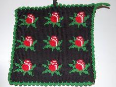 De här grytlapparna är stickade på en rundsticka och har samma mönster på båda sidorna. Pot Holders, Daisy, Presents, Blanket, Knitting, Crochet, Crafts, Diy Ideas, Patterns