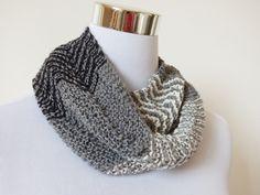 Col roulé en laine tricoté main, fin snood homme femme gris, noir et écru à fines rayures chevrons : Echarpe, foulard, cravate par dyspo-laine