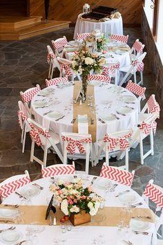 Décor de table avec tissu en chevron pour un mariage guinguette