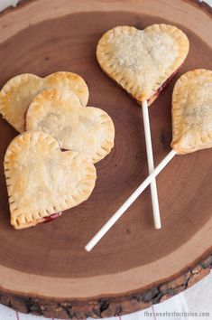 Heart Pie Pops - Cake pops you would love to taste and that will tempt you to new adventures in the baking area Pie Pops, Valentines Day Treats, Holiday Treats, Yummy Treats, Sweet Treats, Yummy Food, Snack Recipes, Dessert Recipes, Snacks