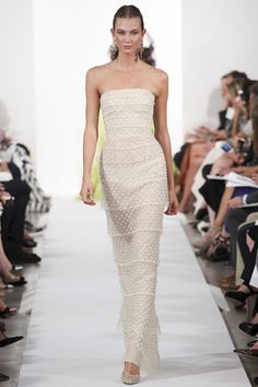 Les robes blanches de la Fashion Week printemps-été 2014: Oscar de la Renta http://www.vogue.fr/mariage/inspirations/diaporama/les-robes-blanches-de-la-fashion-week-printemps-ete-2014/15627/image/870725#!26