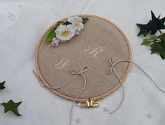 Porte alliance mariage original lin et tambour à broder en bois, prénoms brodés personnalisé