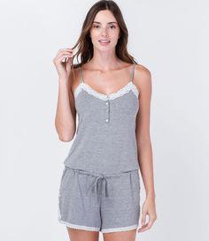 Pijama feminino  Macaquinho  Sem mangas  Decote diferenciado  Detalhe em renda…