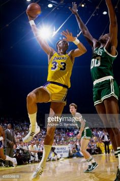 Fotografia de notícias : Kareem Abdul-Jabbar of the Los Angeles Lakers...