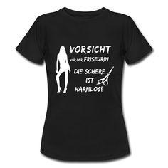 #Vorsicht vor der #Friseurin die #Schere ist #harmlos. Tolles #Design und cooler #Spruch auf dem schwarzen #T-Shirt. EINFACH HIER KLICKEN!