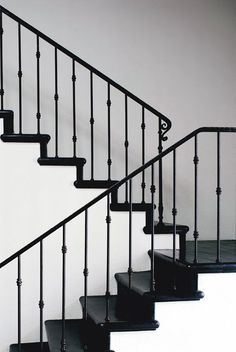 black and white space with a stylish staircase with black iron handrail and balu. black and white space with a stylish staircase with black iron handrail and balustrade Rod Iron Railing, Iron Handrails, Wrought Iron Stair Railing, Staircase Handrail, Stair Railing Design, Staircase Remodel, Railing Ideas, Banisters, Black Stair Railing