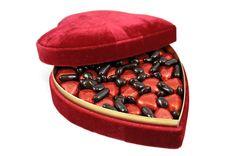 Kıpkırmızı kalp çikolataları ile gül çiçekleri bahçesini andıran özel kutu. Sevginizin en güzel ifade şekli, birbirinden lezzetli çikolatalar ile kalbinizden kopan bir parça. Çiçek şeklinde kurdelesi ile sevdikleriniz için şık ve keyifli bir hediye…  çikolata sepeti, çikolatasepeti, chocolate, özel çikolata,ganaj,turuf, karamel, krokant, krenç, nuga,  mild