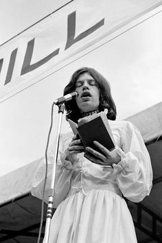 Photos of the historic Rolling Stones comeback concert in Hyde Park. Mick Jagger reads a Percy Bysshe Shelley poem during a eulogy for Brian Jones. Mick Jagger, Altamont Concert, Sunday People, Ron Woods, Stone World, Rockn Roll, White Butterfly, Keith Richards, Hyde Park