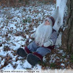 Vätten Valdur en vinterdag i skogen. Handgjord tomte.  Tomte (gnome) Valdur a winter day in the forest. Swedish handicraft.