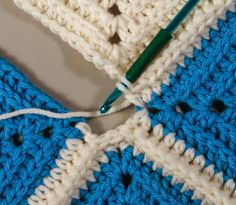 Granny Square Crochet Instructions on how to join two granny stitch squares using the double crochet join. Joining Crochet Squares, Granny Square Crochet Pattern, Crochet Stitches Patterns, Crochet Motif, Double Crochet, How To Crochet, Granny Square Tutorial, Granny Square Projects, Granny Square Blanket