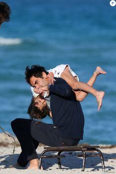 Le joueur de tennis suisse Roger Federer profite de la plage avec ses enfants, ses jumelles Myla Rose et Charlene Riva et ses jumeaux Leo et Lennart, à Miami, le 20 mars 2017 © CPA/Bestimage