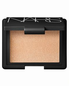 This truly versatile highlighting product may be worn on its own or layered over other color products for added highlight and dimension. The soft shimmering color will add instant radiance to any comp