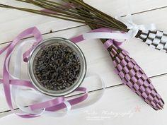 Vera von Nicest Things war in der Bretagne und hat uns eine schöne Idee mitgebracht, die uns sehr an Urlaub erinnert. In dieser Anleitung zeigt sie Dir, wie Du Lavendel-Zöpfe flechten kannst.