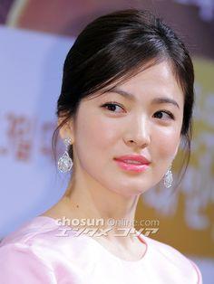 Chosun Online | 朝鮮日報 Song Hye Kyo Hair, Song Hye Kyo Style, Song Joong, Joong Ki, Descendents Of The Sun, Sooyoung, My Beauty, Bridal Makeup, Art Girl