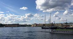Ho avuto la fortuna di conoscere la capitale svedese in diverse stagioni: la prima volta fu alla fine dell'inverno, ad accogliermi una Stoccolma con la neve e con il mare praticamente ghiacciato. La seconda fu all'inizio dell'estate, questa volta il verde e giornate praticamente interminabili mi diedero il benvenuto. La terza è stata ad agosto …