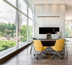 Meeting room, The Velopers, San Francisco, Panama - Bettis Tarazi #interiordesign #interiors #houseinteriors #office #comercial #panama #luxury #design #yellow #meetingroom #meeting #officeinteriors #desk #minimalism #corporate