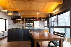 黒の壁とグレーの壁、木の天井と床の分量のバランスが絶妙なリビング。 Kitchen Decor, Dining, Interior, Table, Room, House, Furniture, Home Decor, Life