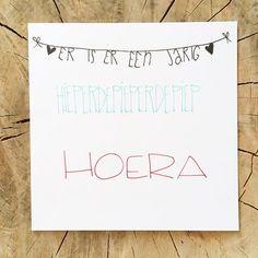 Hoera! #lievigheidje #happybirthday #verjaardag #verjaardagskaart #handmade #handgemaakt #calligraphy #hout #wit #houtwit #slingers #hoera #erisereenjarig #birthday #kaart #kaartje #diy #post #echtepostiszoveelleuker #postcard #stuureenseenkaartje #feest #waitaminutemrpostman #hieperdepiep #hiephiephoera