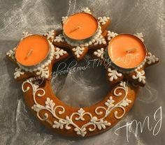 Christmas royal icing gingerbread table decoration. / Karácsonyi mézeskalács asztaldísz mécsesekkel.