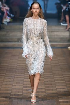Julien Macdonald Spring 2020 Ready-to-Wear Fashion Show Collection: See the complete Julien Macdonald Spring 2020 Ready-to-Wear collection. Look 47 Fashion Week, Fashion 2020, Look Fashion, Fashion Details, Runway Fashion, Fashion Design, Julien Macdonald, Style Haute Couture, Costume