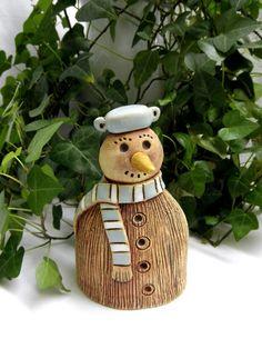 Sněhulák Ze šamotové hlíny, možné použít i jako zápich - zespodu je otvor na tyčku. Můžete použít k dekoraci do vašeho vánočního truhlíku i ven. Výška 13 cm.