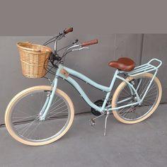 bicicleta retrô feminina cestinha vime bike vintage retro - Women's style: Patterns of sustainability Bici Retro, Velo Retro, Velo Vintage, Retro Bicycle, Vintage Bicycles, New Bicycle, Velo Beach Cruiser, Cruiser Bicycle, Beach Cruisers