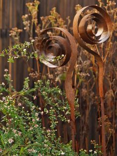 Interesting idea using metal bands Garden Crafts, Garden Projects, Garden Art, Garden Design, Metal Yard Art, Metal Art, Yard Sculptures, Garden Sculpture, Diy Jardin
