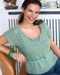 Dyb halsudskæring og hulmønster på brystet får bamen til at se mindre ud.