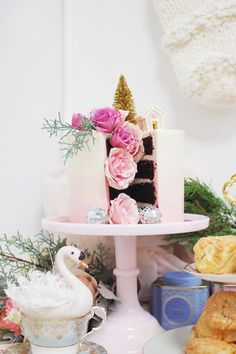 Wow your guests at your next Christmas party with a beautifully decorating cake.