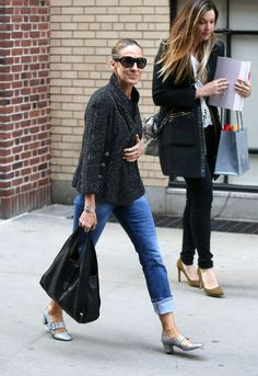 Sarah Jessica Parker Adds a Glittering Touch for Spring Sarah Jessica Parker in Spring-Ready Mary-Janes – Vogue Sarah Jessica Parker, Casual Street Style, Casual Chic, Vogue, Denim Fashion, Fashion Outfits, Jeans Claro, Estilo Cool, Look Blazer