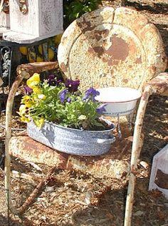 rust and flowers. Love this look Garden Whimsy, Garden Junk, Garden Art, Vintage Patio, Vintage Metal, Metal Lawn Chairs, Chair Planter, Vintage Gardening, Peeling Paint