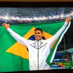 """Uhuuuuuu """"Thiago Braz do Brasil"""" medalha de ouro no salto com vara. Quanta emoção!!!!!"""