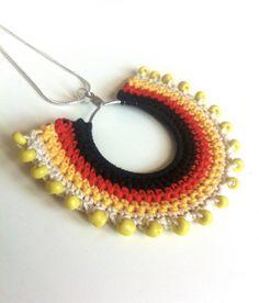 30 % OFF vente Tribal collier ethnique rayures couleur bloc crochet pendentif - noir rouge blanc jaune