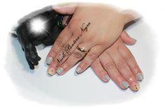 Unhas em gel cor cinza claro com nail art feita á mão com especial decoração ao seu amor