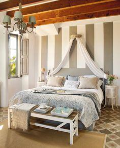 Mesillas mini y mucha pintura  En este dormitorio, los muebles no son la apuesta principal. Lo es la pintura. Las franjas anchas parecen hac...