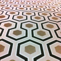 Carta da parati design architettura Milano Londra oro geometria appartamento a Milano architetto Morini